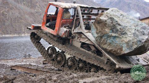 Погрузка камня в трелевщик - жадеит в глыбах вывозится к берегу.